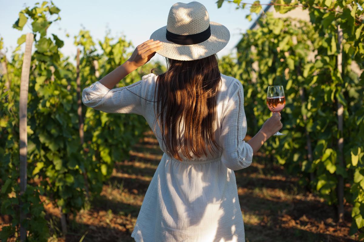 Mujer con uvas